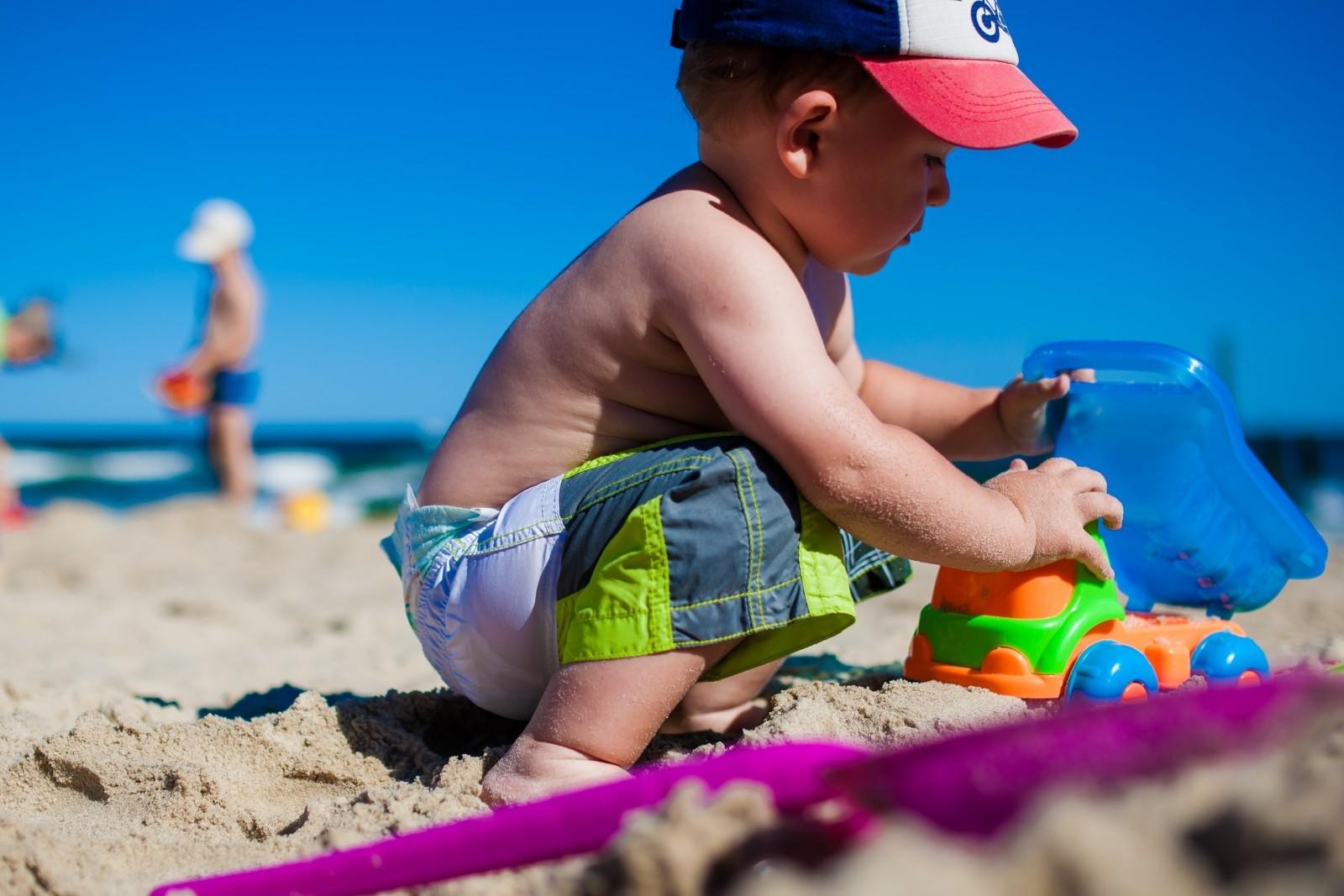海で遊ぶ子ども