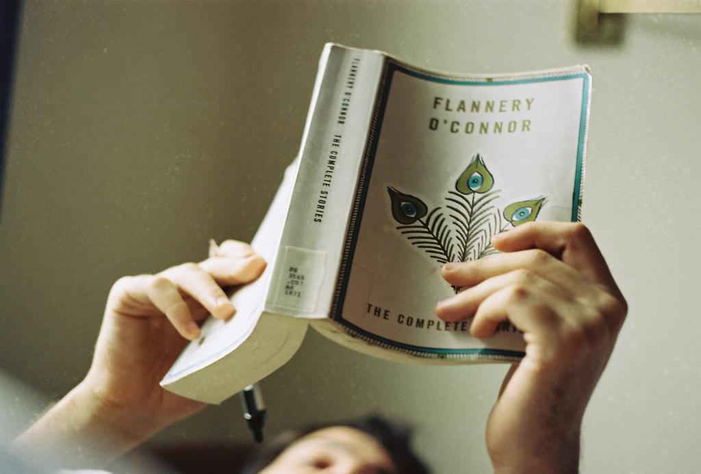 寝転びながら本を読む