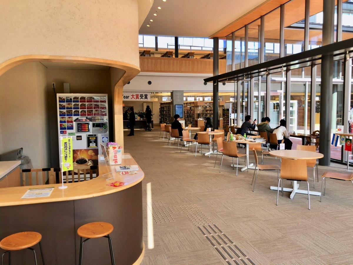 瀬戸内市民図書館のエントランス