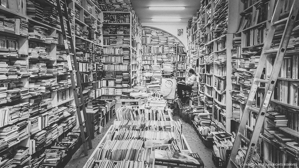 たくさんの本の前