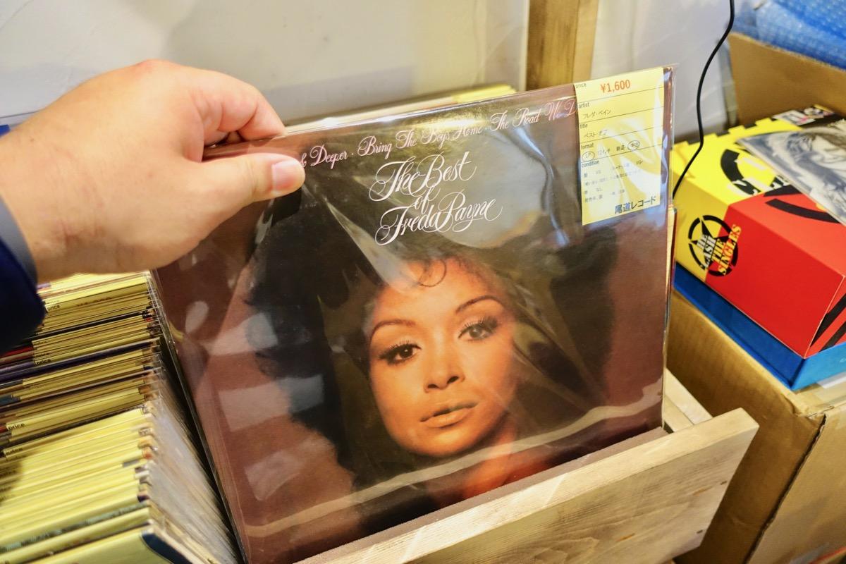 レコードを見ているところ