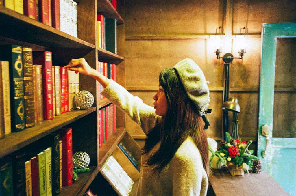 本を選ぶ女性