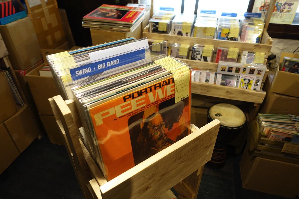 尾道レコードの真ん中の棚