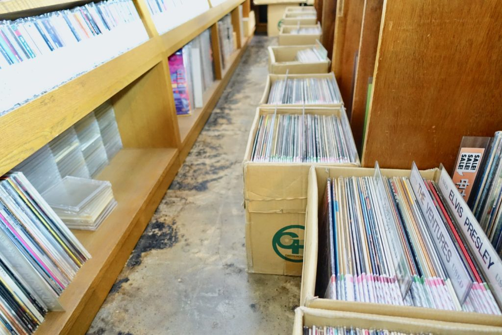 グリーンハウス岡山店の床に置いてあるレコード箱