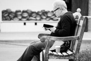 Kindleを読む男性