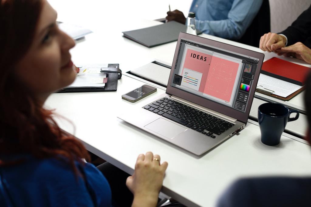 MacBookを操作する女性