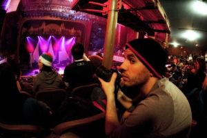 コンサートを撮影する人