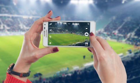 サッカーを観戦する人