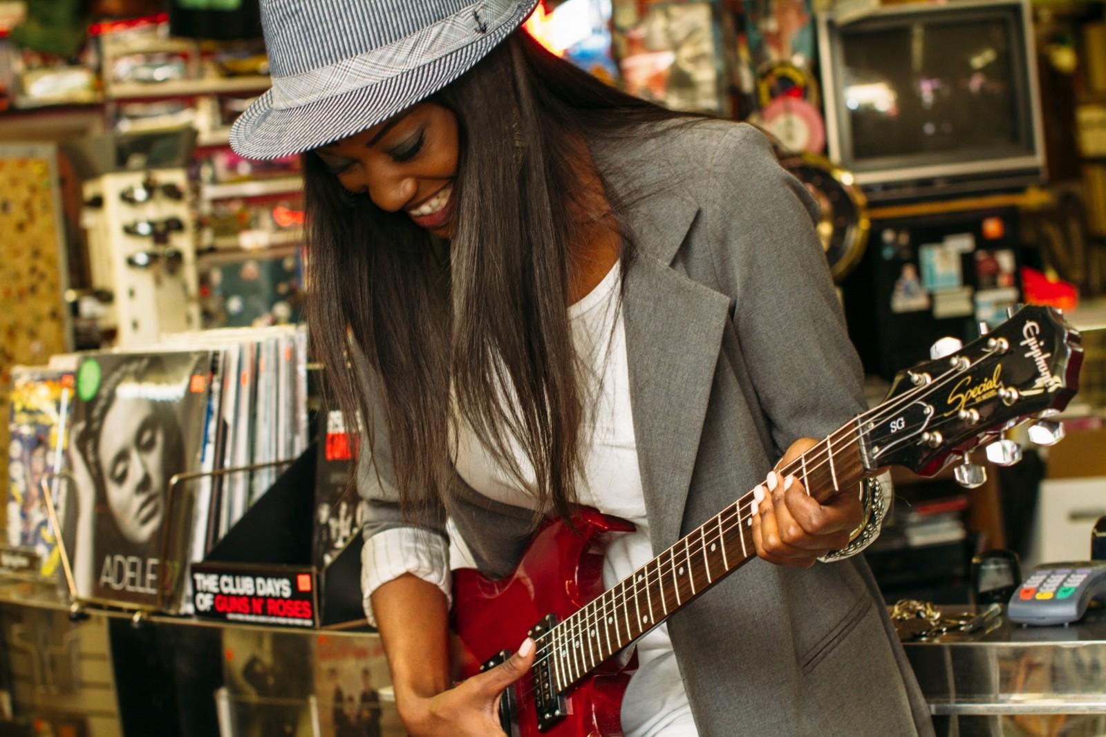 楽器を演奏する女性