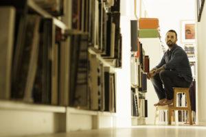 図書館にいる男性