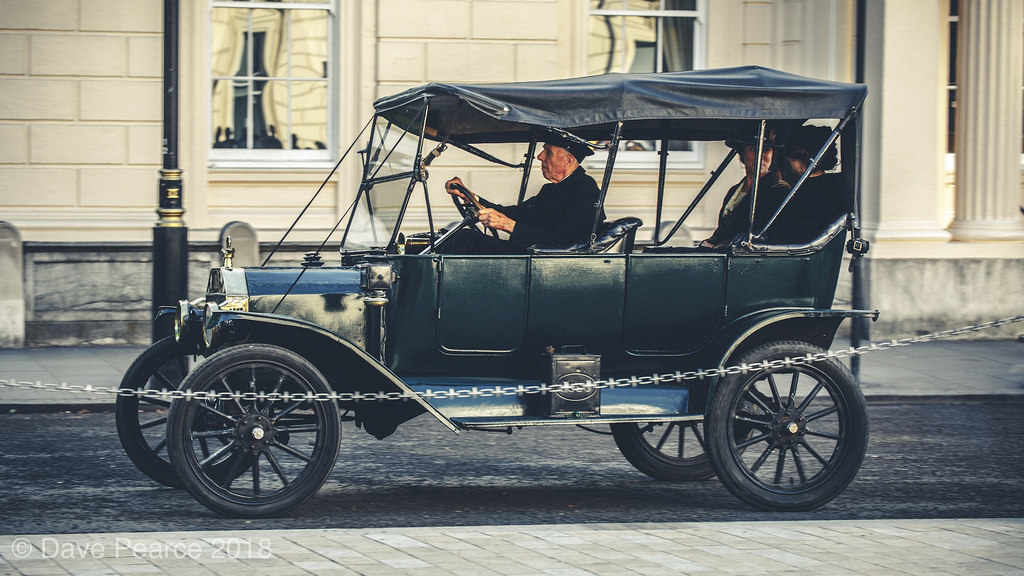 昔の車を運転する人