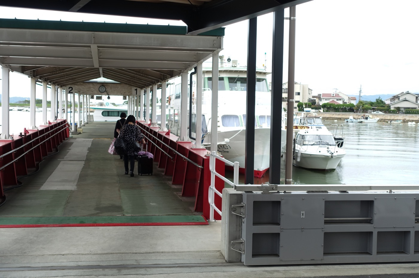 笠岡港から船に乗り込む