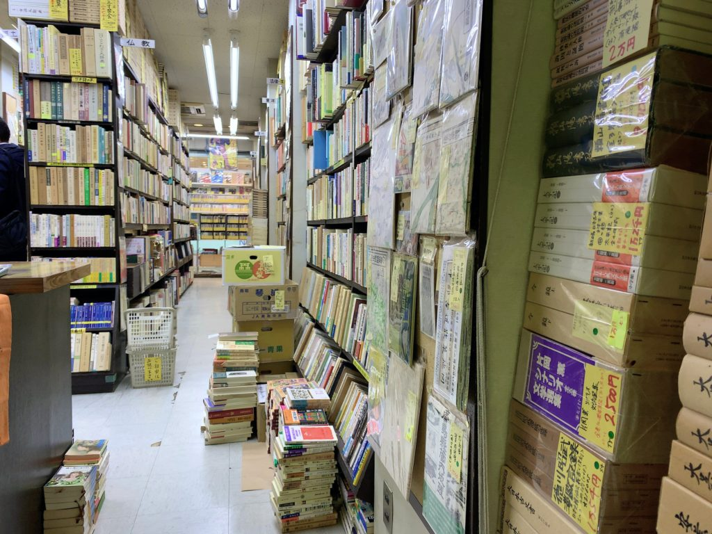 アカデミイ書店の店内